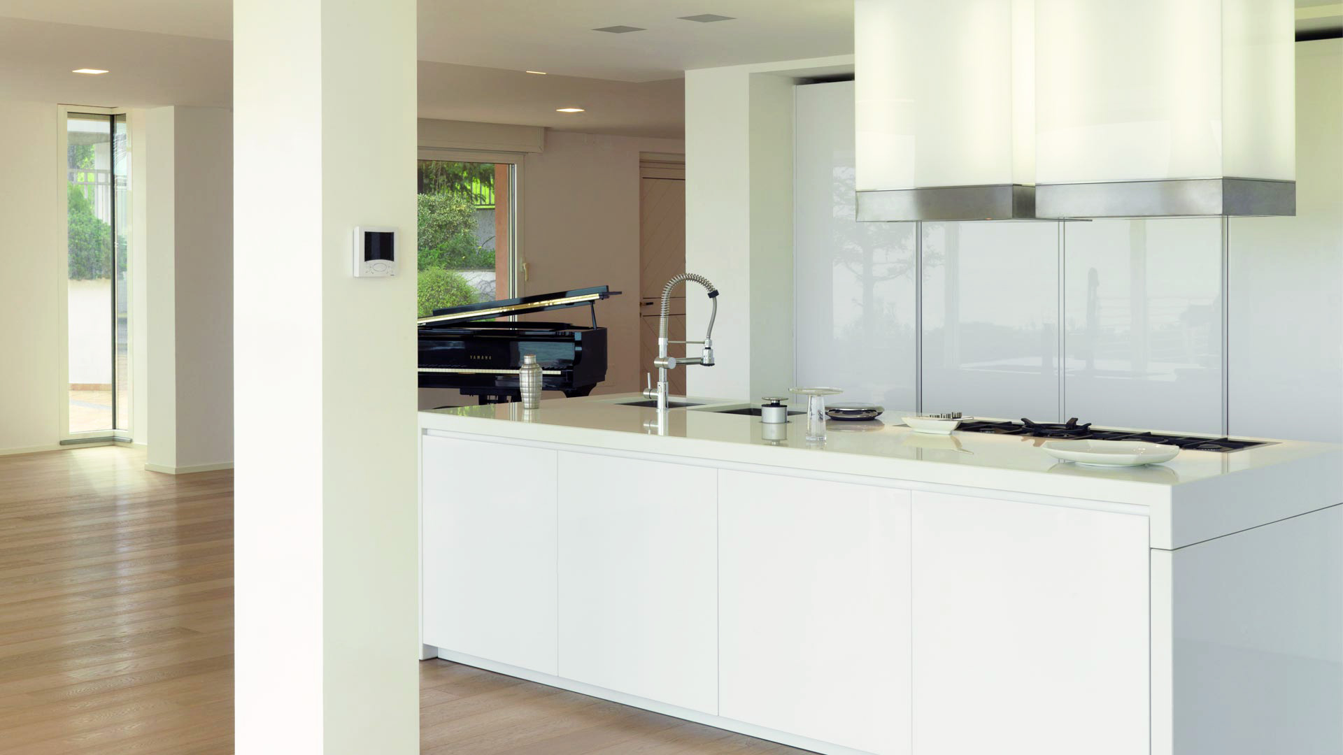 Cucina living open space con tavolo a scomparsa estraibile for Cucina open space con pilastri