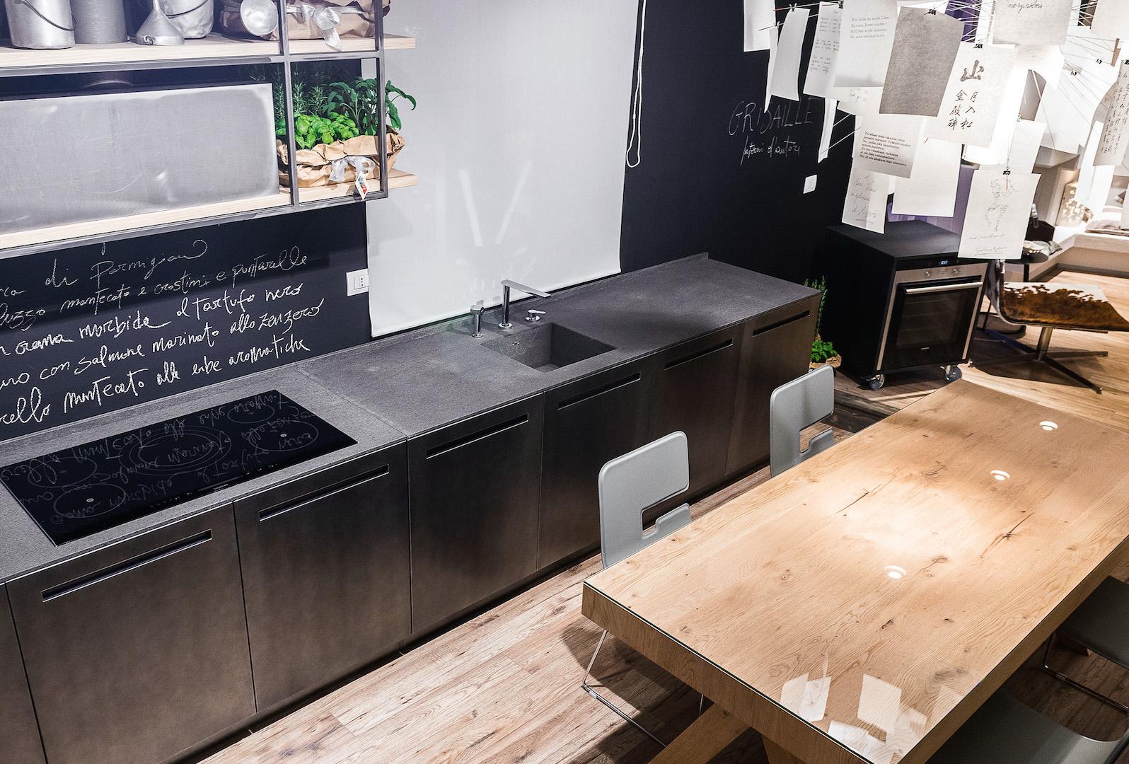 Cucina industriale in metallo e pietra basaltina - Pistoni a gas per ante cucina ...