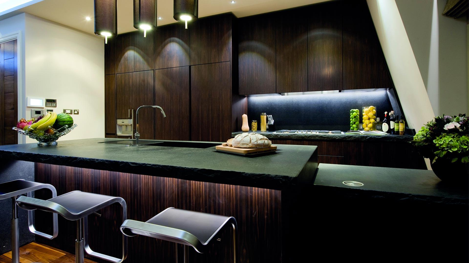 Cucina su misura in ebano e piani di lavoro in pietra di cardoso - Cucina su misura milano ...