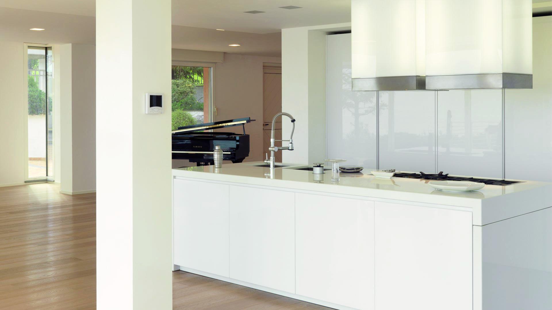 Cucina living open space con tavolo a scomparsa estraibile - Cucina open space con isola ...