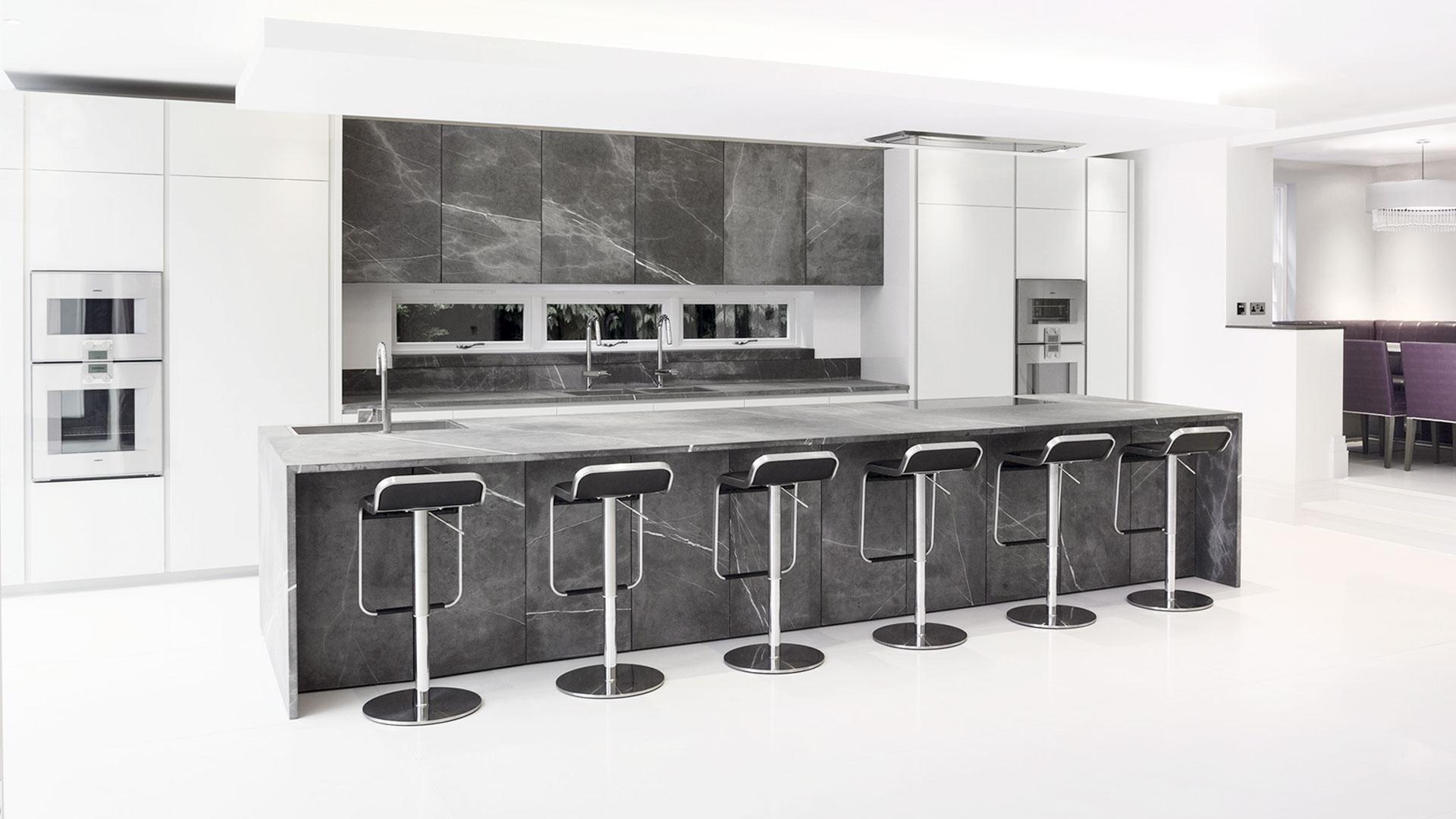 Cucina in pietra con isola open space for Cucina open space con pilastri