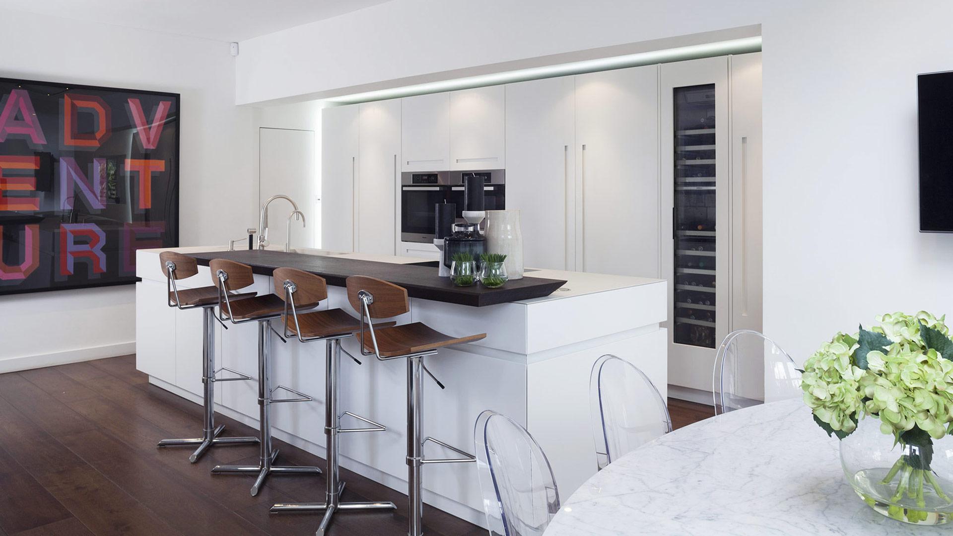 Cucina con isola centrale con top in quarzo - Misure top cucina ...