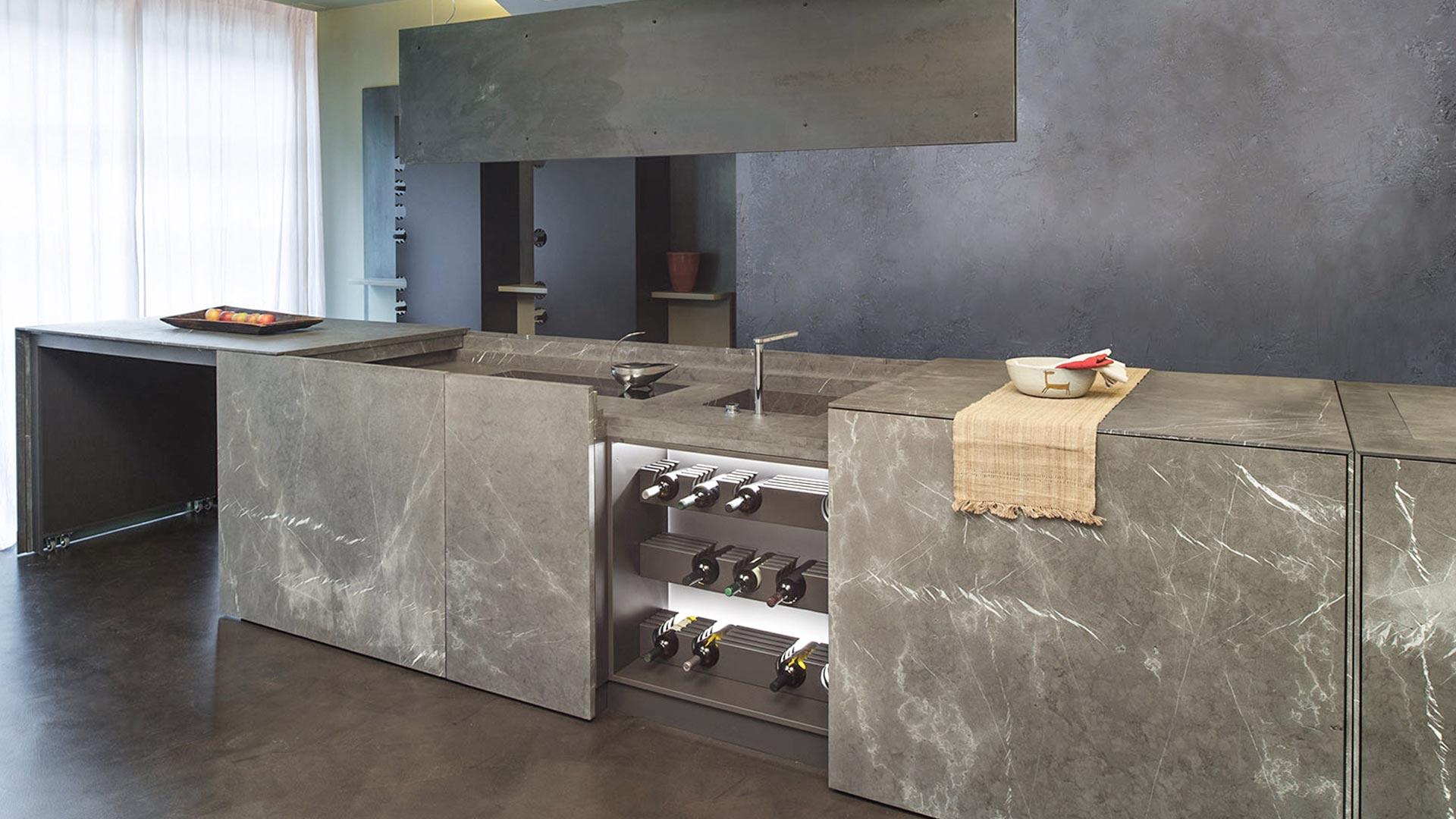 Cucina monoblocco a scomparsa in pietra di Corinto con isola