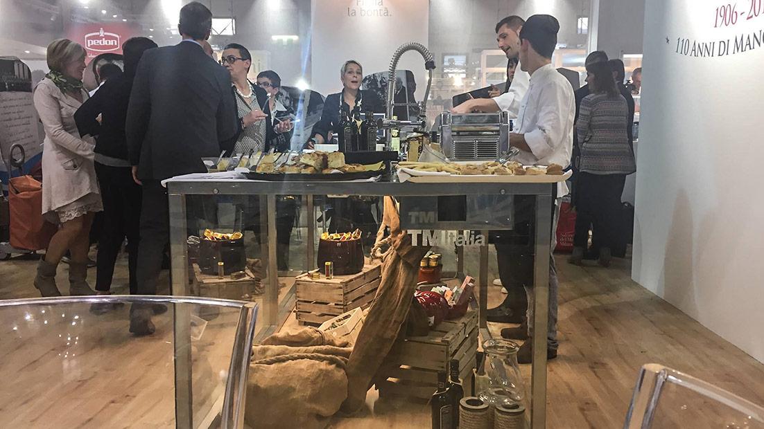 Passepartout, una solida showkitchen in cristallo e acciaio al Cibus 2016 - Cucine su Misura | TM Italia Cucine - gallery-3