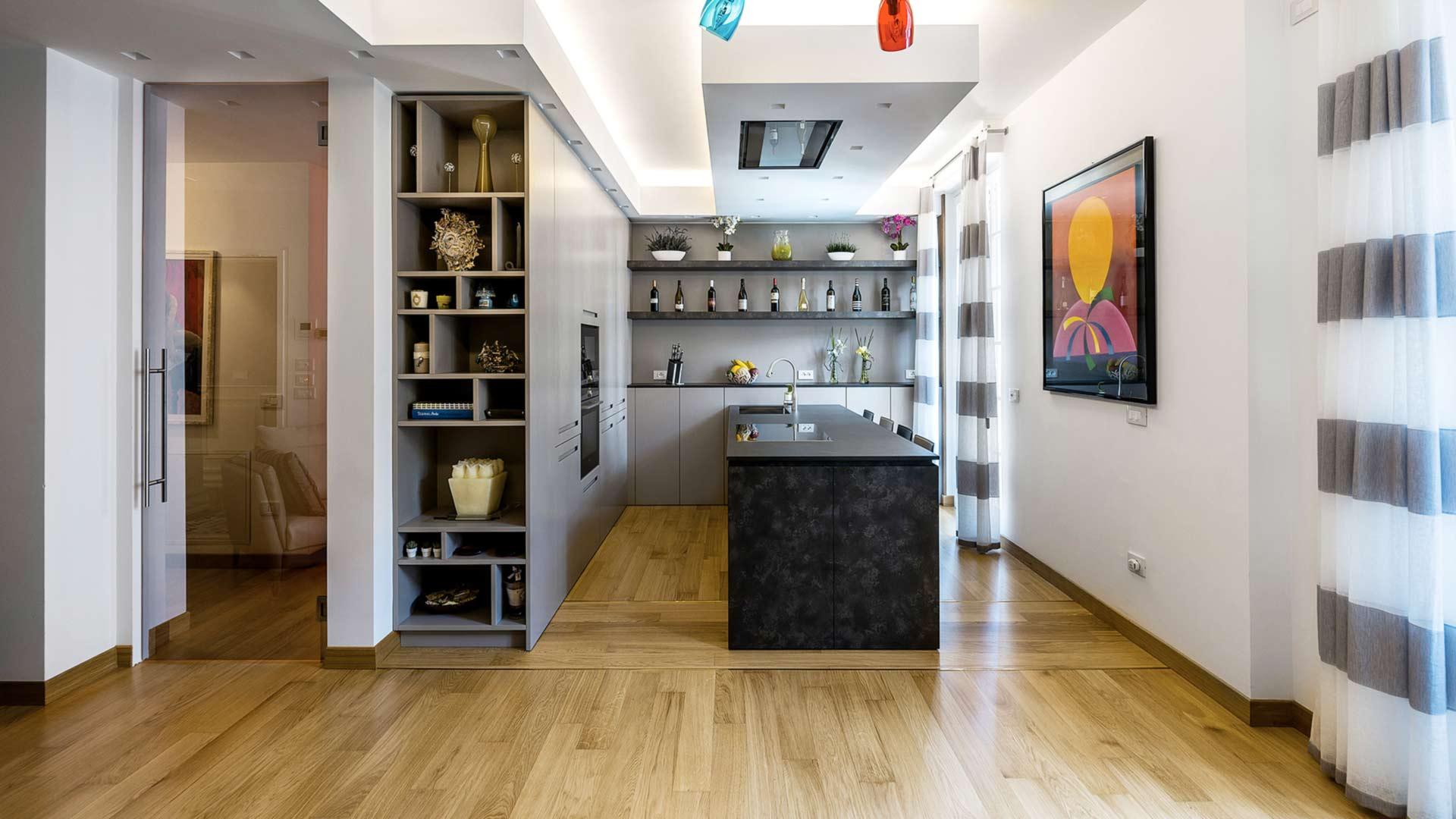 Cucina con penisola in laminato Caesar Brown Stone inserita in un open space