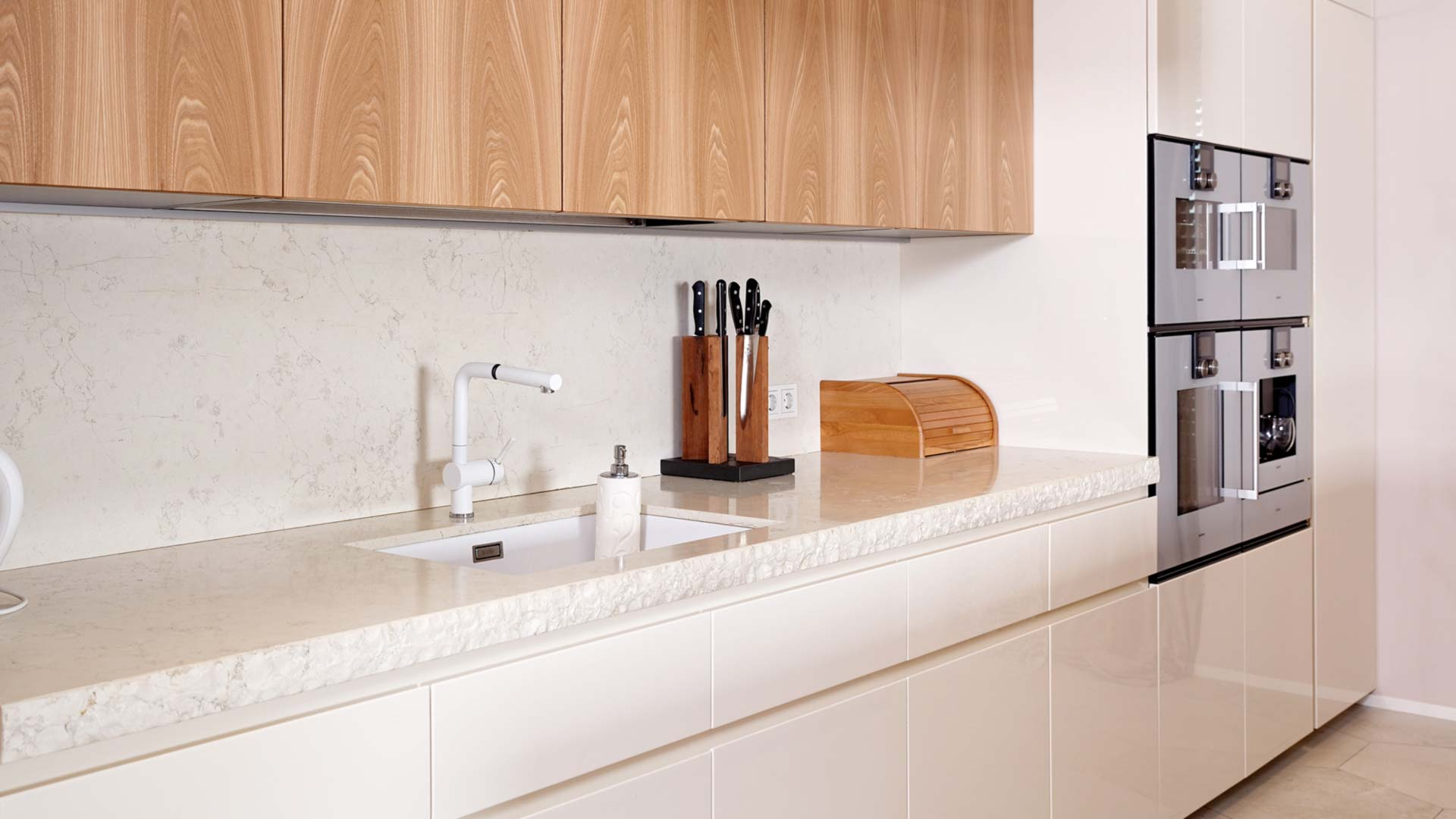 Cucina in pietra e olmo con isola freestanding in pietra - Cucina freestanding ...