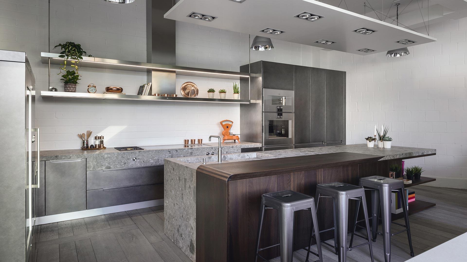 Cucina con isola in gres legno e metallo for Isola cucina legno