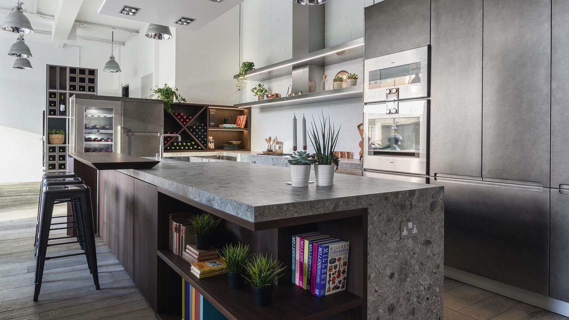 Cucina con isola in Gres, legno e metallo 2