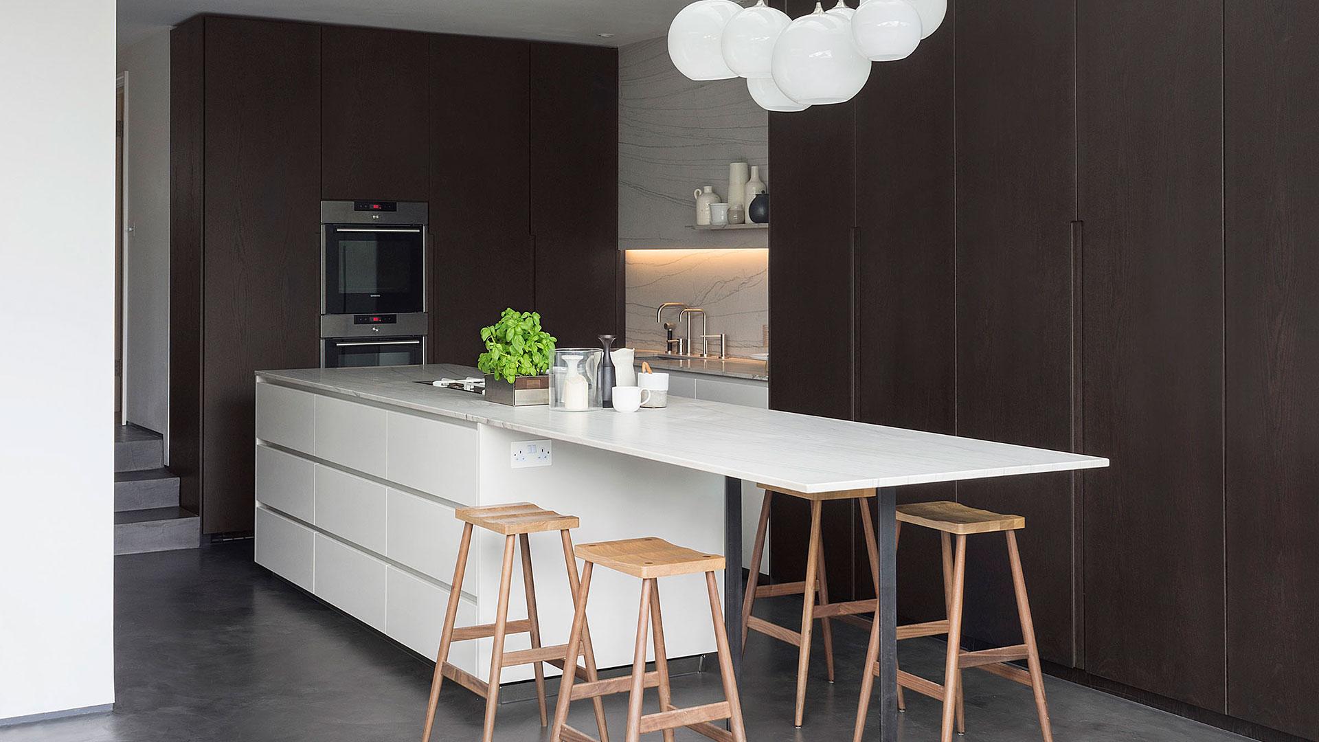 Cucina con isola con top in pietra integrata in uno spazio ...