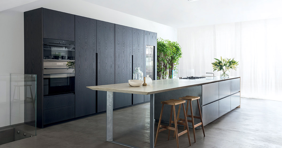 Cucina con isola in pietra acciaio ossidato e colonne in - Progetto cucina con isola ...