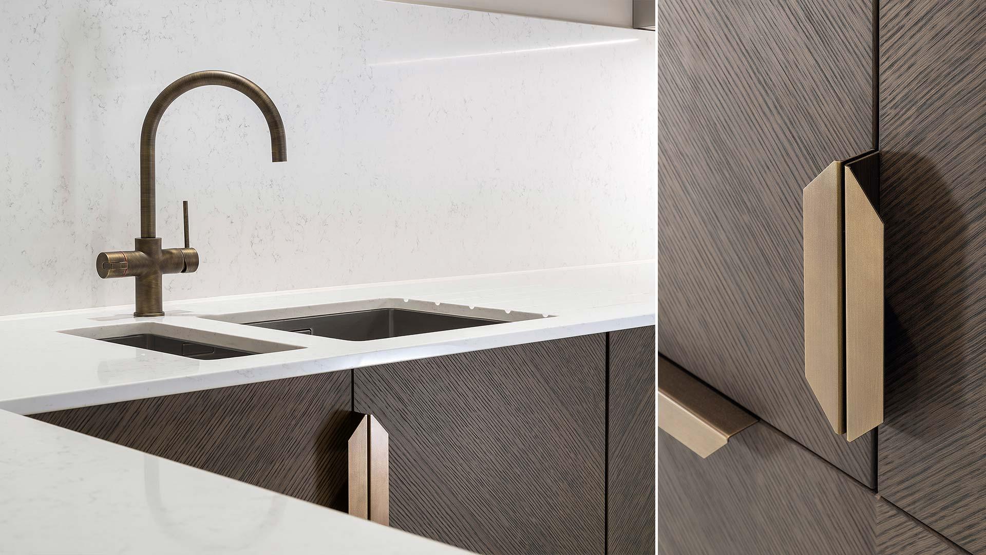 Cucina con penisola e colonne in Rovere rigantino su layout angolare - TM Italia - 20181102_TMItalia_realizzazione_multiapartmentonequeen-003