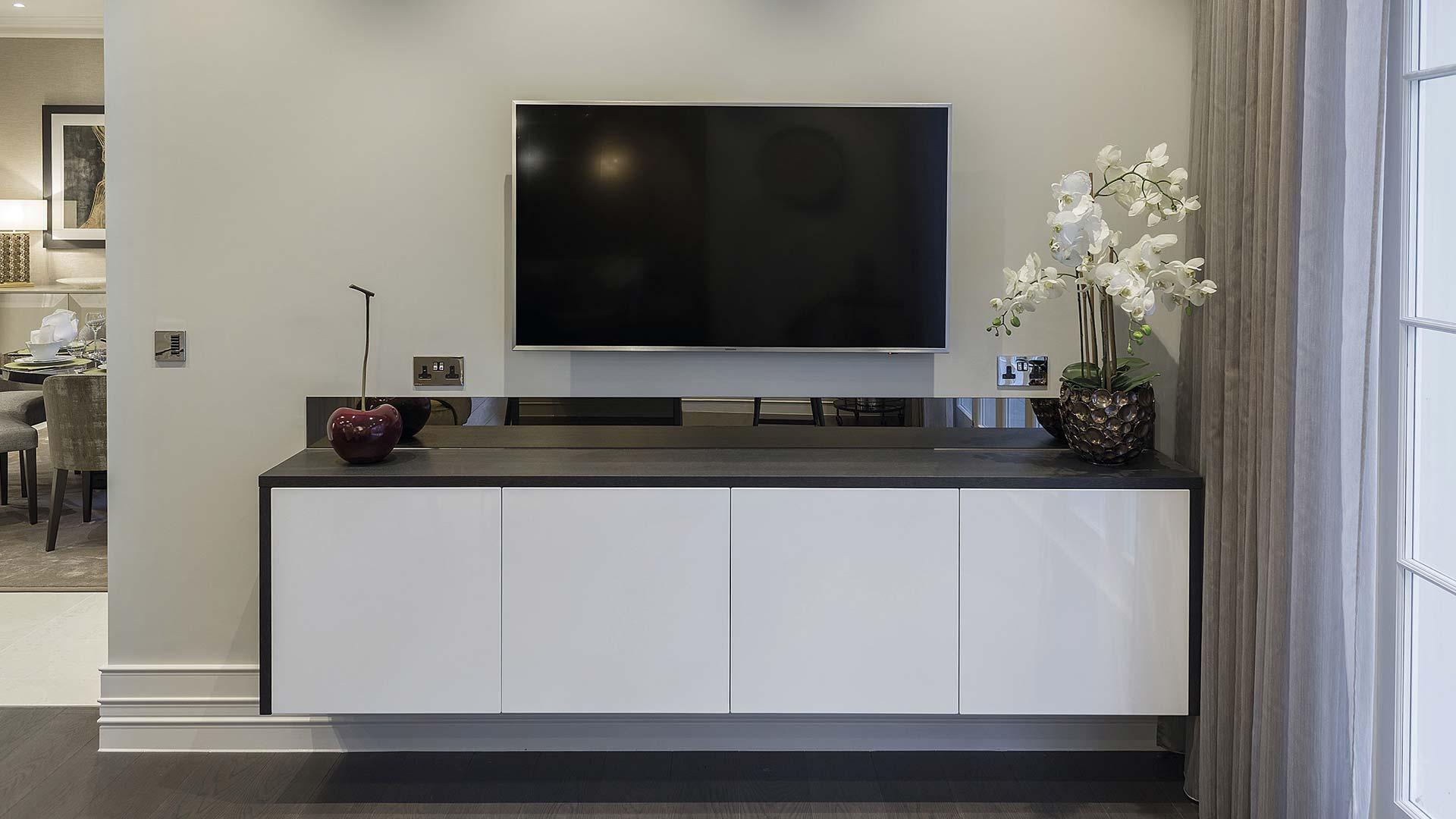 Cucina con isola in pietra e tavolo a sbalzo in Rovere grigio | TM ...